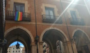 IU celebra haber conseguido que ondee la bandera arcoiris en el balcón del Ayuntamiento.